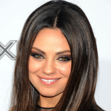 Mila Kunis maquillage or et noir