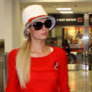 Paris Hilton look Heidi à la plage à l'aéroport de Los Angeles chapeau queue de cheval sur le côté