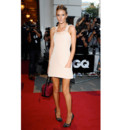 Rosie Huntington-Whiteley en mini robe nude