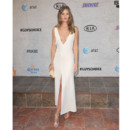 Rosie Huntington-Whiteley en robe blanche décolletée