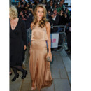 Rosie Huntington-Whiteley en robe satin camel