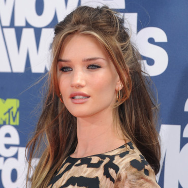 Rosie Huntington-Whiteley très féline