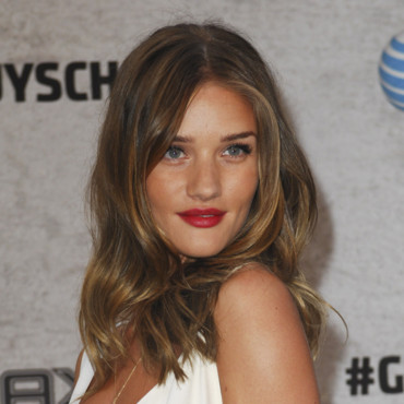 Rosie Huntington-Whiteley, sexy avec un make-up plus appuyé