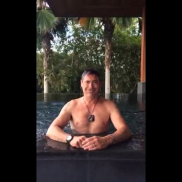 Robert Downey Jr pour le ALS Ice Bucket Challenge. Août 2014