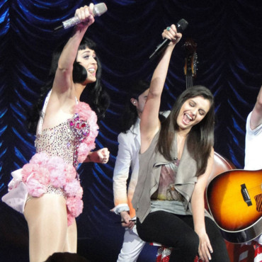 Rebecca Black en concert avec Katy Perry pour son Teenage Dreams tour à Los Angeles