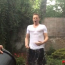 Tom Hiddleston pour le ALS Ice Bucket Challenge. Août 2014