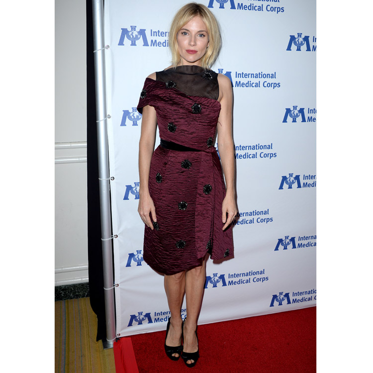 Sienna Miller et sa robe bordeaux chic à Los Angeles le 23 octobre 2014