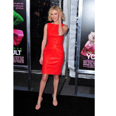 Charlize Theron en robe en cuir rouge Christian Dior printemps-été 2012