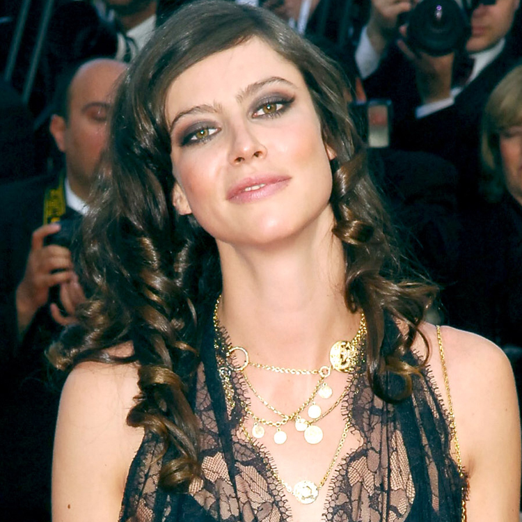 anna mouglalis ses 10 looks coiffure les plus glamour. Black Bedroom Furniture Sets. Home Design Ideas