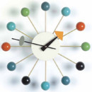 Une dco vintage avec l&#039;horloge murale Ball de George Nelson Associated