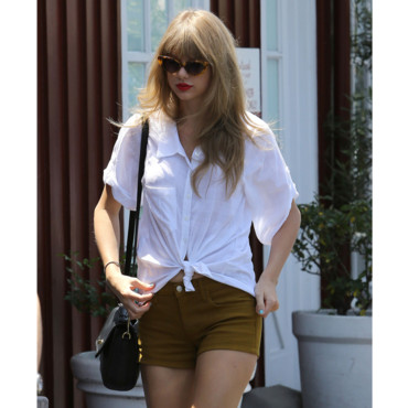Taylor Swift en short moutarde