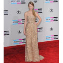 Taylor Swift en Reem Acra aux American Music Awards le 20 novembre 2011