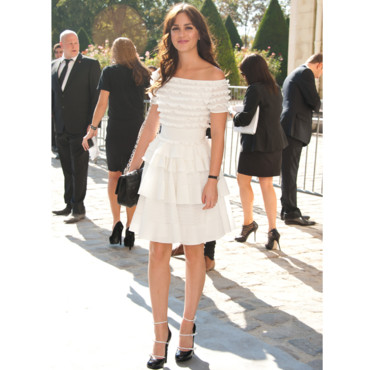 Leighton Meester en robe low shoulders blanche