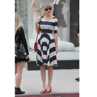 Taylor Swift en robe à rayures fifties