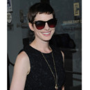 Anne Hathaway avant-premire Shut up and ply the Hits NY coupe courte lunettes de soleil