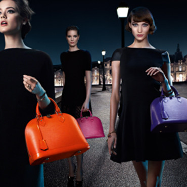 "Visuel de la campagne ""Chic on the Bridge"" pour le sac Alma de Louis Vuitton"