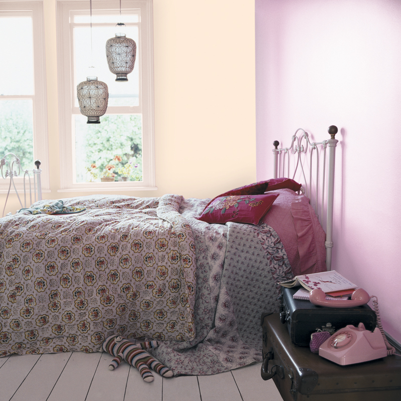 peinture les 50 couleurs vives la mode en 2012 une chambre romantique d co. Black Bedroom Furniture Sets. Home Design Ideas