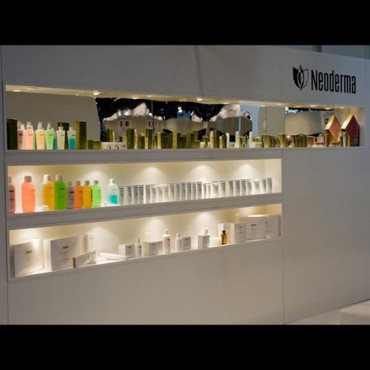 Salon de la beauté Beyond Beauty : vitrine Nederma