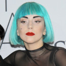 Lady Gaga perruque bleue maquillage graphique