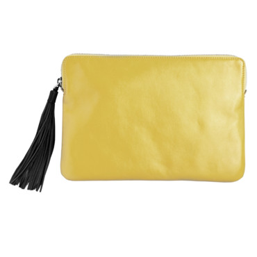 Pochette en cuir jaune & Other Stories. Prix 45 euros.