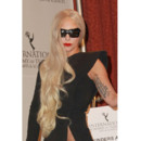 Lady Gaga coiffure One Shoulder aux Emmy Awards 22 novembre 2011