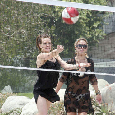 Hilary-Duff jouant au beach volley