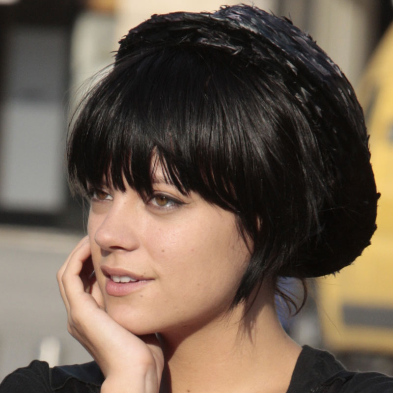photo lily allen avec la frange et les cheveux noirs people. Black Bedroom Furniture Sets. Home Design Ideas