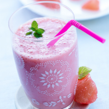 Smoothie pamplemousse, banane, gingembre et fraise
