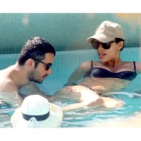 Photo : Rosario Dawson et son boyfriend dans la piscine