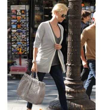 Charlize Theron et son sac Dior