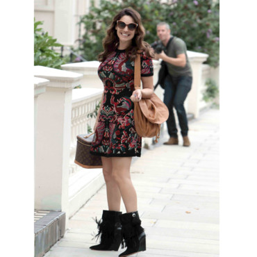 Kelly Brook en boots à franges et robe fleurie à Londres