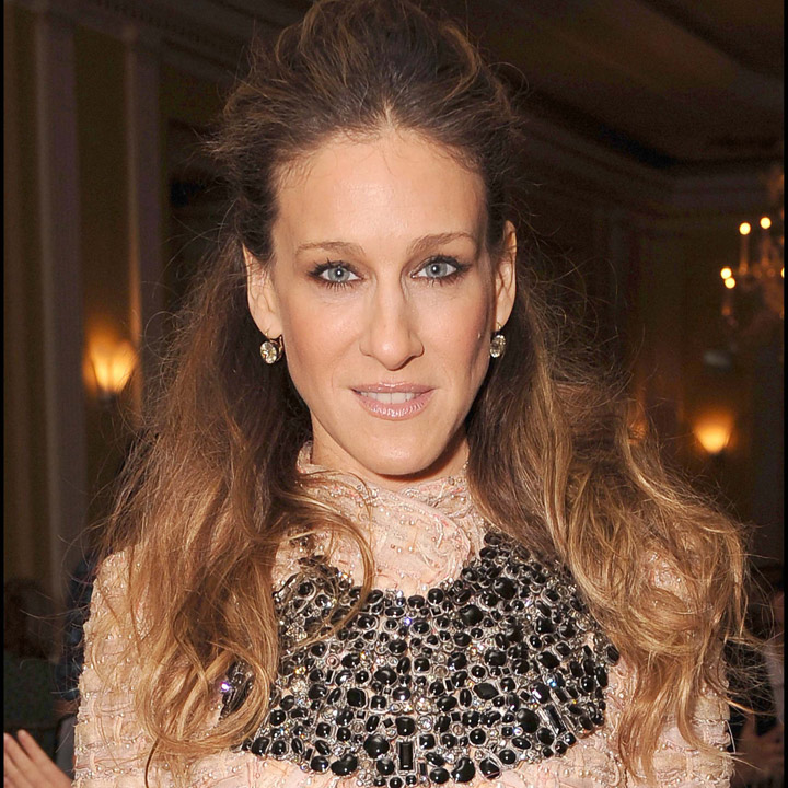 cheveux sarah jessica parker sous toutes les coupes la demi queue de cheval beaut. Black Bedroom Furniture Sets. Home Design Ideas