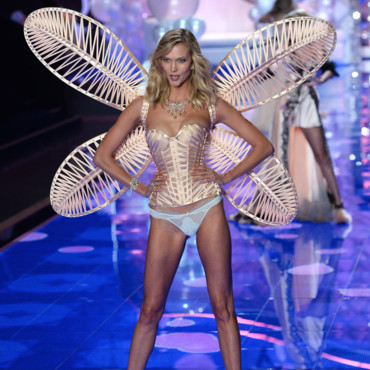 Le top-model Karlie Kloss et ses ailes irisées sur le podium du Earls Court Exhibiytion Center à Londre le 2 décembre 2014 pour Victoria's Secret.