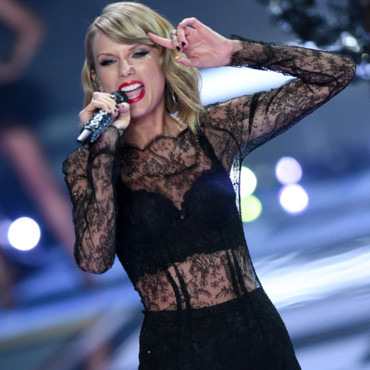 "Taylor Swift chantant ""Blank Space"" pour le défilé du 2 décembre 2014 de Victoria's Secret."
