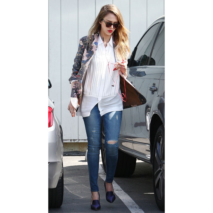 jessica alba et son blazer fleuri santa monica mode. Black Bedroom Furniture Sets. Home Design Ideas