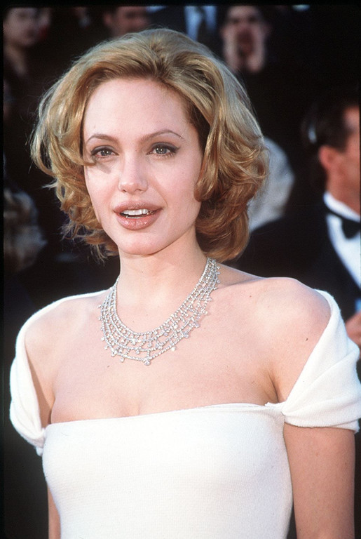 brunes blondes rousses la vraie couleur de cheveux des stars angelina jolie blonde cendr. Black Bedroom Furniture Sets. Home Design Ideas