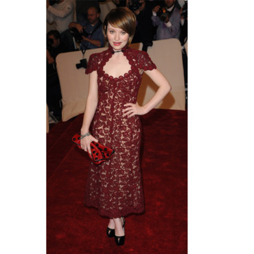 Emily Browning au gala Alexander McQueen