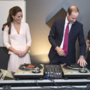 Kate Middleton et le Prince William s'essaient aux platines de DJ à Adélaïde le 23 avril 2014.
