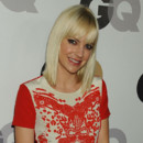 Anna Faris carré blond platine frange soirée GQ Men of the Year 2011