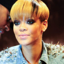 Rihanna casque blond