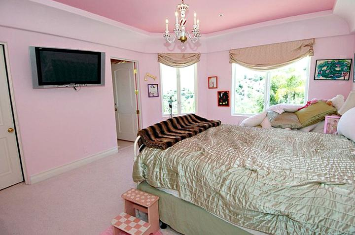 visitez la maison de paris hilton dans la maison de paris hilton la chambre rose d co. Black Bedroom Furniture Sets. Home Design Ideas
