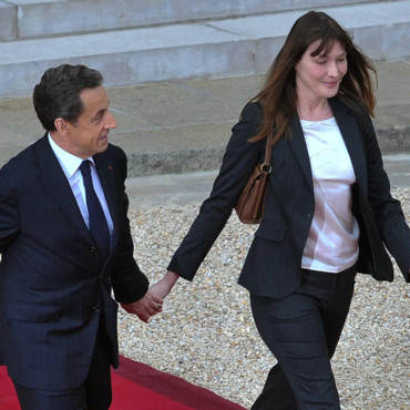 Carla Bruni Sarkozy de profil et son mari lors de la passation de pouvoir en mai