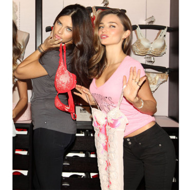 Adriana Lima et Miranda Kerr lors de la présentation de la collection Holiday 2012 de Victoria's Secret à New York