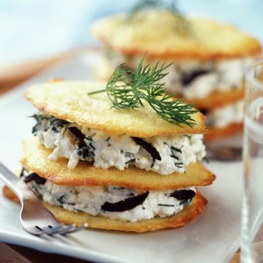 Tuiles au fromage et fromage blanc aux olives