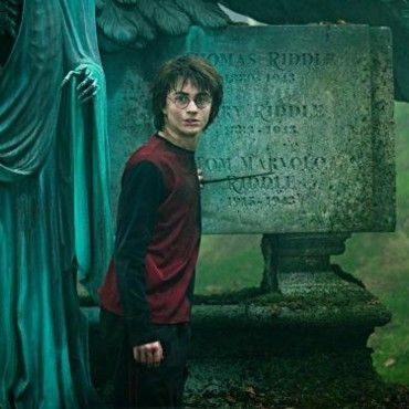 Harry Potter devant la tombe de Lord Voldemort