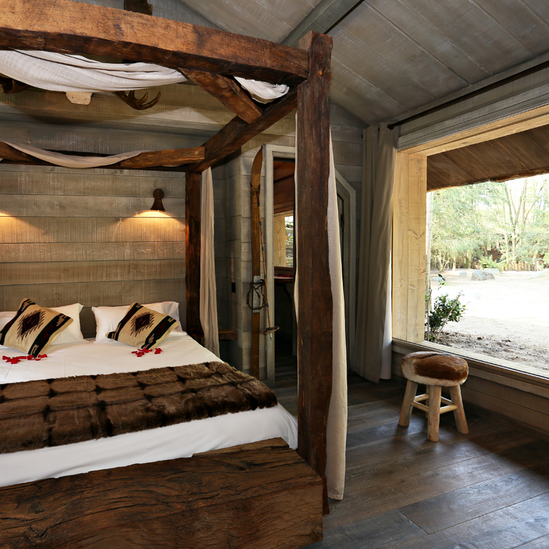 zoo de la fl che dormir au milieu des tigres et des loups zoo de la fl che alaska lodge. Black Bedroom Furniture Sets. Home Design Ideas
