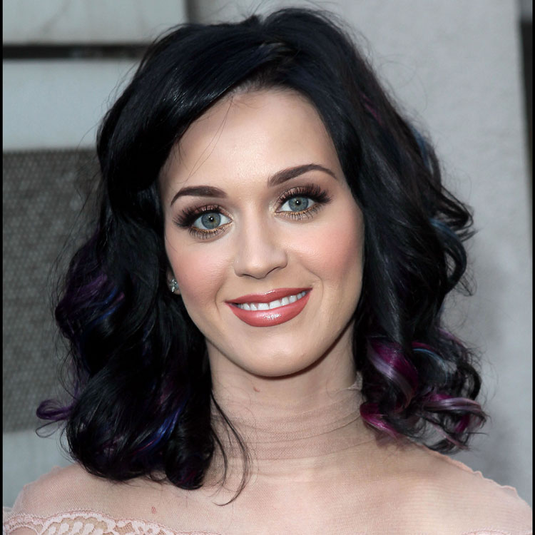 le look coiffure du jour katy perry et ses boucles. Black Bedroom Furniture Sets. Home Design Ideas