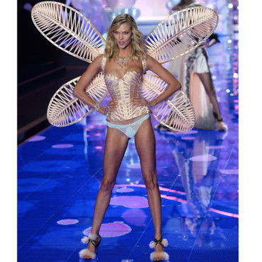 Karlie Kloss et ses ailes roses irisées sur le podium du Earls Court Exhibiytion Center à Londre le 2 décembre 2014 pour Victoria's Secret.