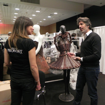 Fabien Provost dans les backstages du Salon du Chocolat devant les robes le 29 octobre 2013