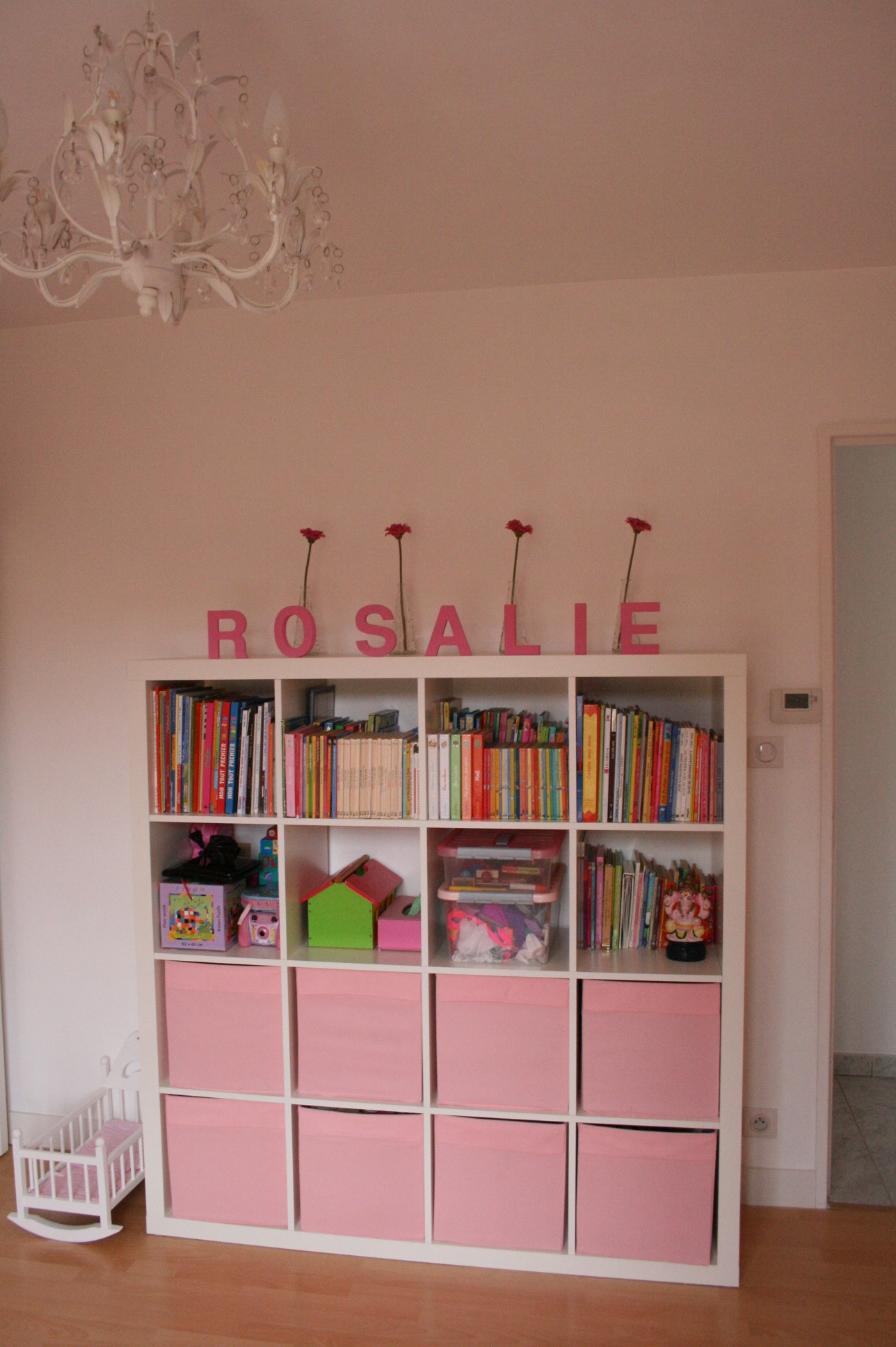 chambre d 39 enfant rosalie la vie en rose le coin rangement jeux d co. Black Bedroom Furniture Sets. Home Design Ideas